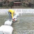 槻川の水を燗どうこに汲む