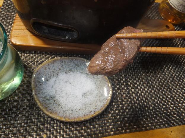 岩塩をつけて食べる