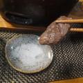 写真: 岩塩をつけて食べる