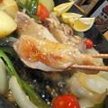 写真: 鶏のスキレットとブラックニッカ
