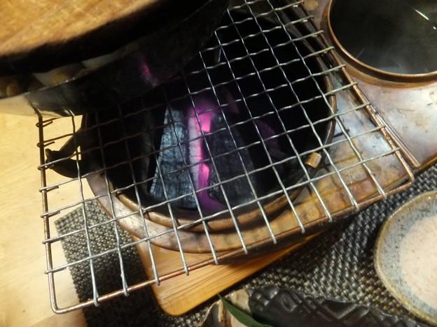 燗銅壺の炭を熾す