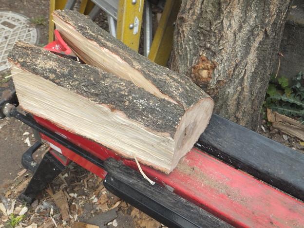 薪割り機でスライス