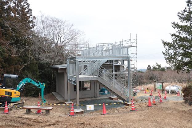 Photos: 富幕山休憩舎屋根展望デッキもほぼ完成でしょうか