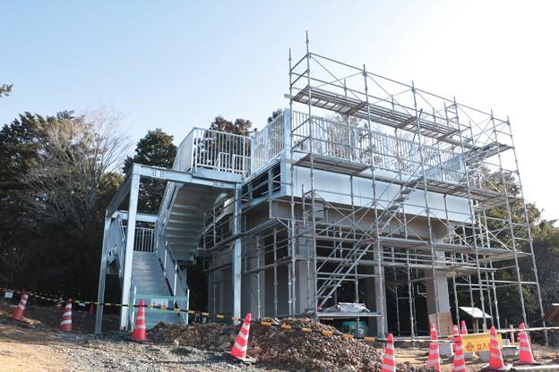 富幕山休憩舎展望デッキと屋根に化粧版工事中