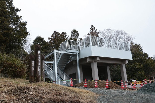 Photos: 富幕山の休憩舎屋根展望デッキも20日完成のようです。