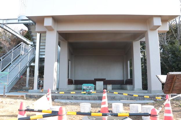 富幕山休憩舎屋根デッキと階段取り付け工事も20日で完成です。