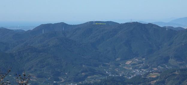 富幕山休憩舎展望デッキから湖西連邦富士見岩が見えます。