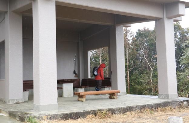 今日は雨降りの山頂休憩舎です。