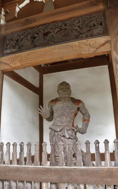 寺門の金剛力士 口を結んだ吽形(うんぎょう)像