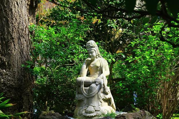 庭の菩薩像