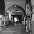 写真: モノクロ国道駅(JR鶴見線)