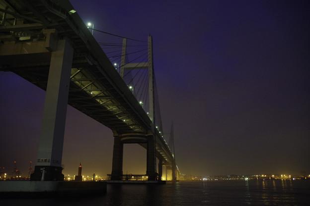 写真: 暁闇のベイブリッジ