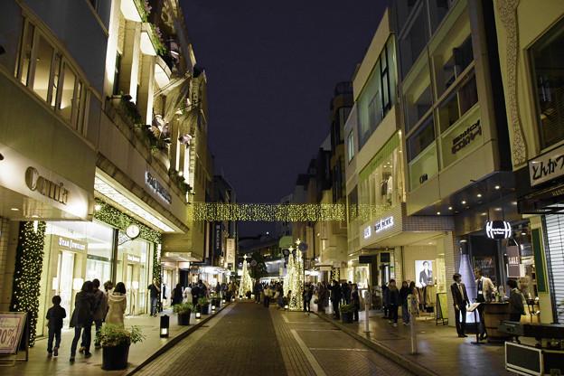 写真: 夕方の元町商店街