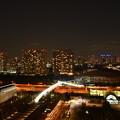写真: ホテルの窓越しから見える夜景