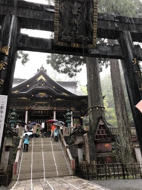 三峰神社 雨の日?台風も接近中でがらすき