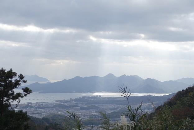 神の島に注ぐ陽光