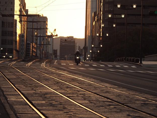 夜明けの街を疾走る