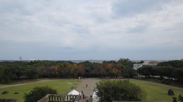 写真: 「平和の塔」からの宮崎市内の眺め