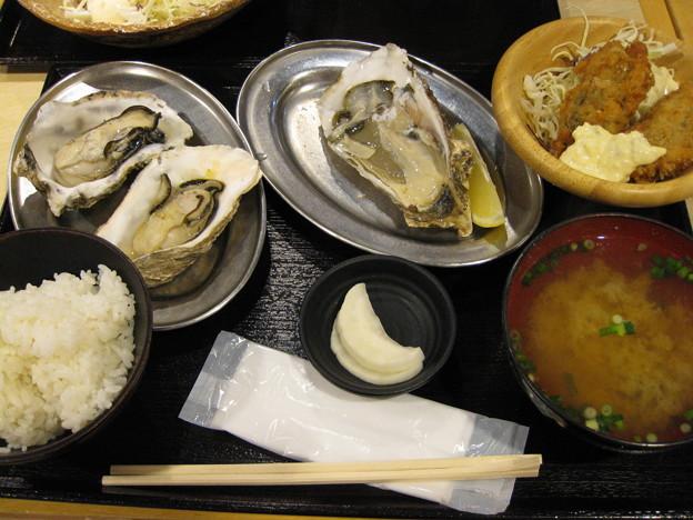 写真: 牡蠣定食Aセットと焼き牡蠣