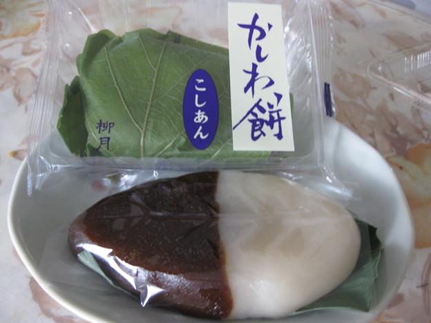 写真: 柳月のかしわ餅とサザエのべこ餅