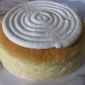 写真: 直径10cmくらいのホールケーキ