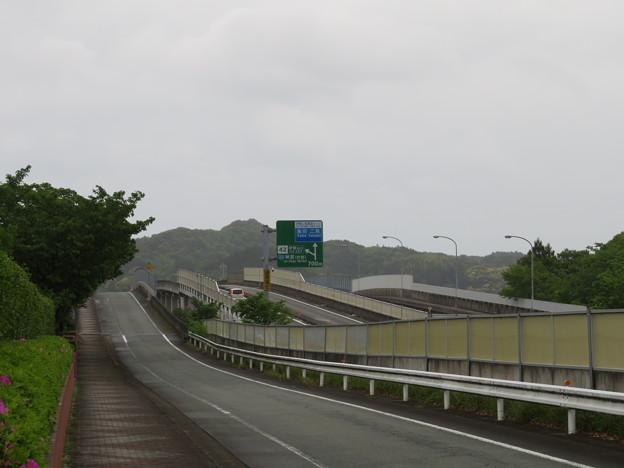 伊勢道の下は近鉄鳥羽線(麻吉旅館裏。伊勢市))