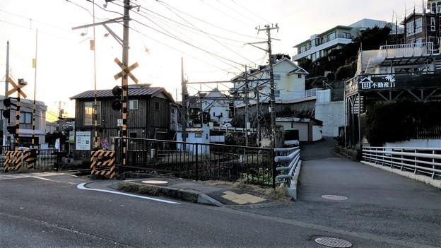 七里ガ浜高校前踏切より(鎌倉市)江ノ電七里ヶ浜駅方向