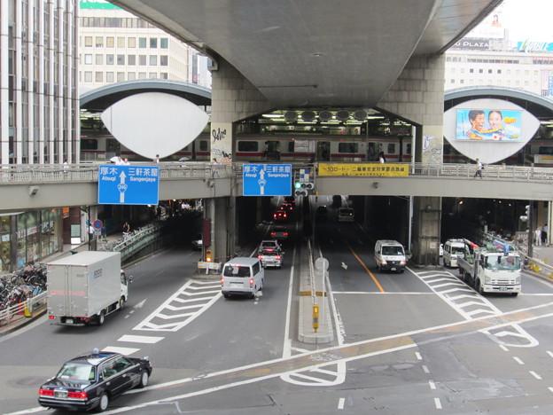 渋谷駅東口交差点歩道橋より(渋谷2丁目)西。玉川通り・3号渋谷線