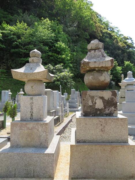佛國寺(小浜市)右、元信墓 ・左、元明供養塔。