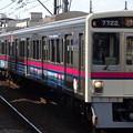 多磨霊園駅を通過する京王線系統7000系
