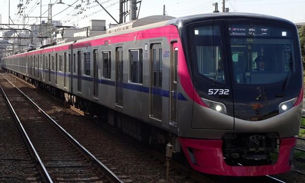 多磨霊園駅を通過する京王線系統5000系「京王ライナー」