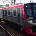 Photos: 多磨霊園駅を通過する京王線系統5000系「京王ライナー」