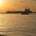 写真: 輝く貨物船と漁船