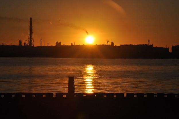 写真: 昇る朝日
