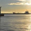灯台と貨物船と・・・