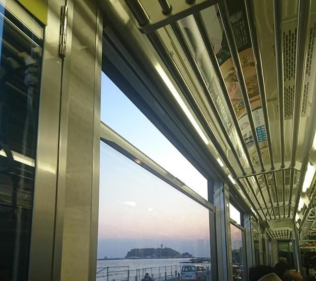 江ノ電の車窓から見える江の島