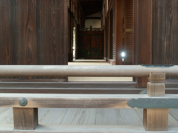 Photos: 高欄と廊下奥の杉戸絵「蹴鞠」