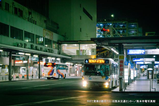 やがて発車の都市バス。