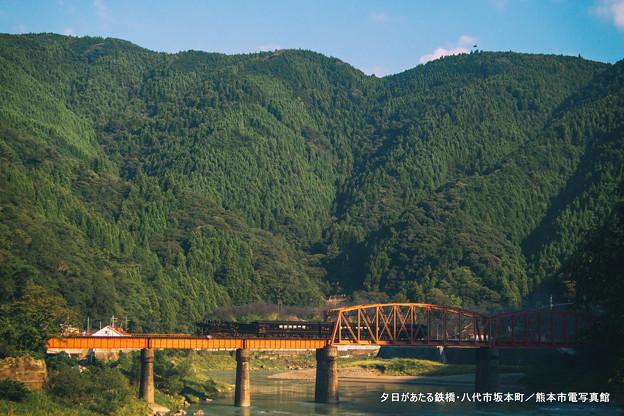 夕日があたる鉄橋。