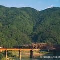 写真: 夕日があたる鉄橋。