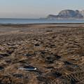 砂浜の上の歯ブラシ