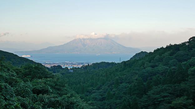 南さつま市から鹿児島市へ抜ける国道225号、川辺インター近くから桜島を見る
