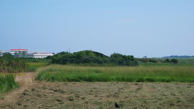 写真: 宮崎空港横の掩体壕 7号基 (1)