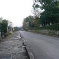 出水護国神社前から通りを見る