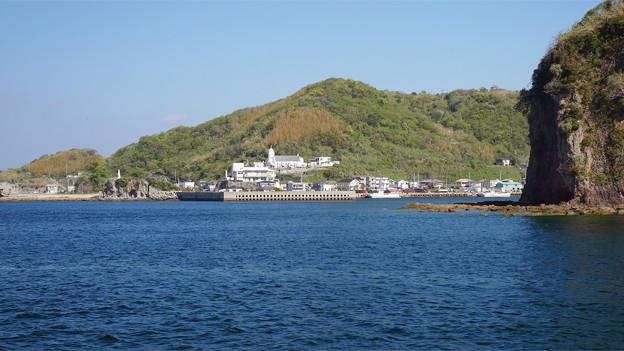 海上から見た神ノ島教会と岬の聖母像 (1)