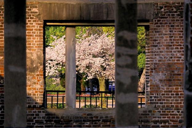 歪んだ窓の先に見える風景・・