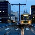 写真: 夕刻の路面電車