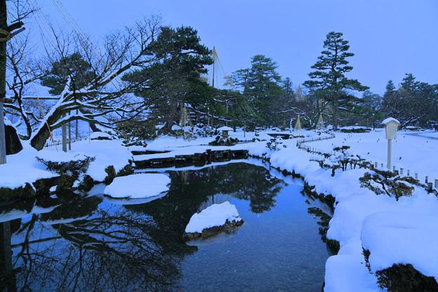 雪降る兼六園 曲水と雁行橋