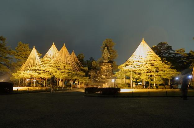 雨の兼六園 日本武尊の像