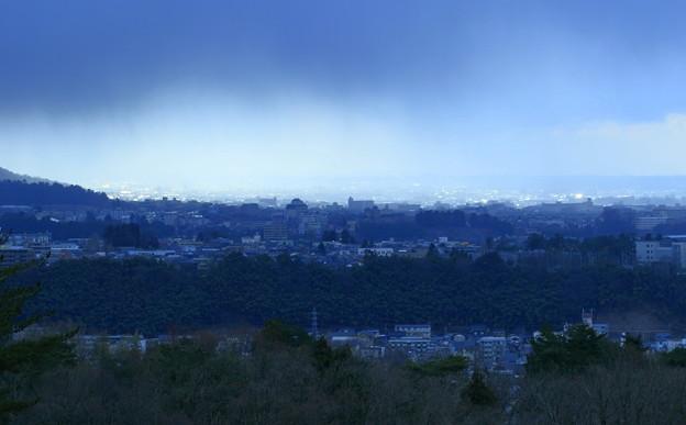 金沢市の街並みと雨雲